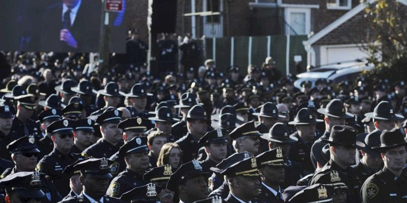 NYPD officers turn their backs on Mayor Bill De Blasio